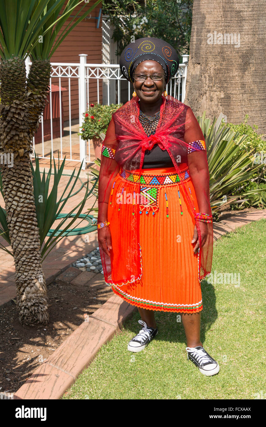 Mujer zulú en traje tradicional, Selcourt, resortes, East Rand, en la provincia de Gauteng, República Imagen De Stock