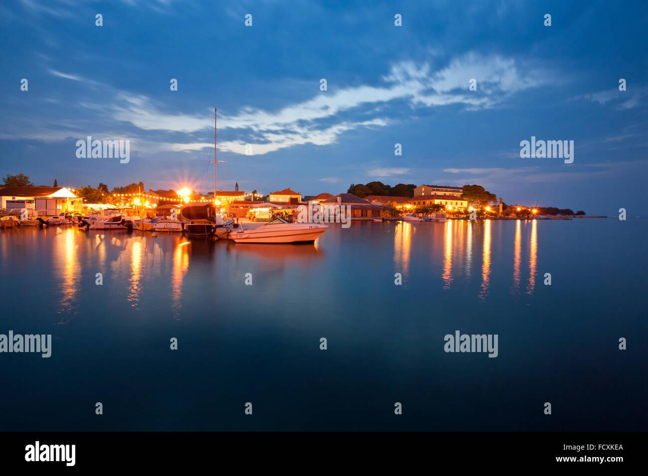 Lugar Ugljan en la noche, isla Ugljan, Dalmacia, Croacia Imagen De Stock