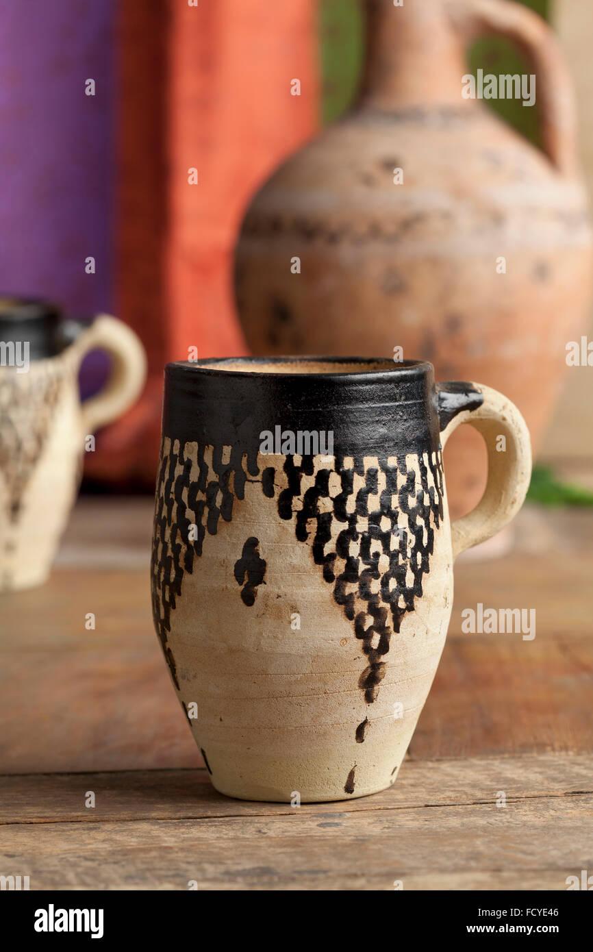 Taza de agua de cerámica tradicional marroquí y puede Imagen De Stock