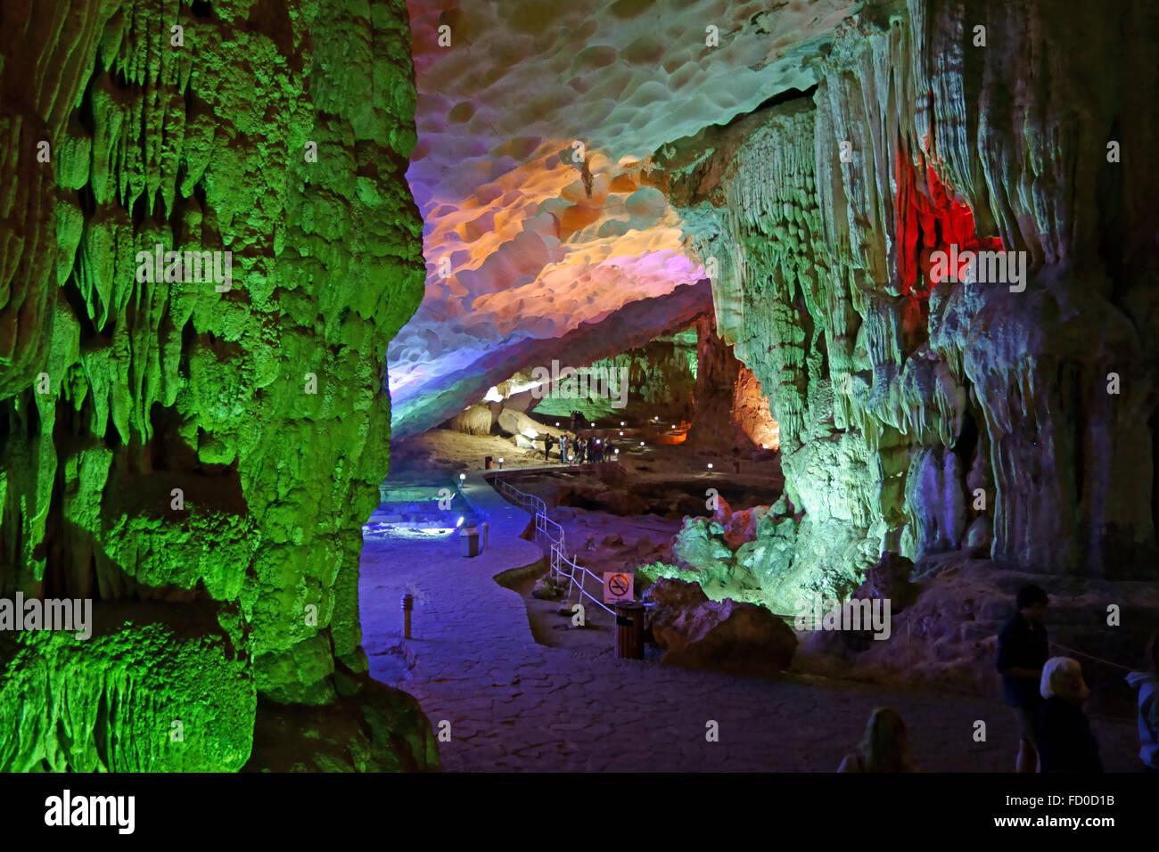 Los visitantes en una gran caverna con formaciones de estalactitas y estalagmitas, Dau Go Cave, en un karst calizo Imagen De Stock