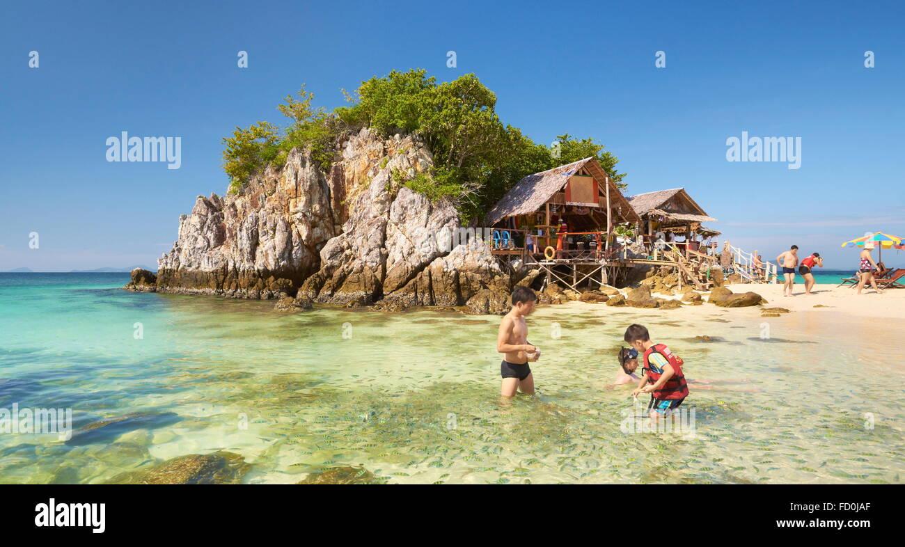 Tailandia - Khai Tropical Island, Phang Nga Bay, turistas, alimentación de peces en las aguas superficiales Foto de stock