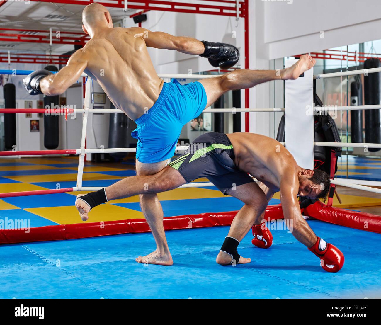 Kickbox combatientes en el ring durante el combate Imagen De Stock