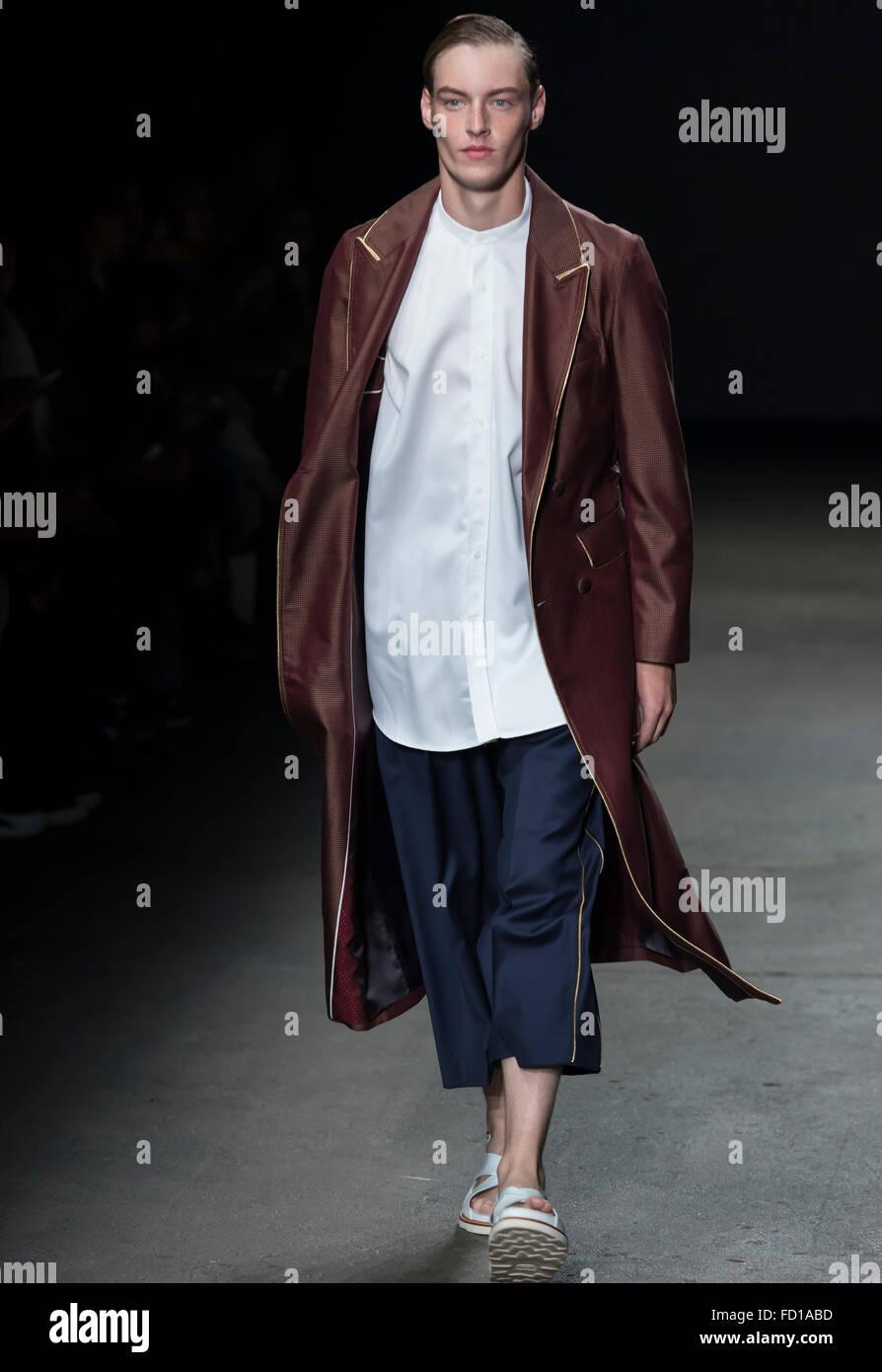 Nueva York, NY, 14 de julio de 2015: Roberto Sipos camina la pista durante el concepto Corea muestran en NYFW hombres Imagen De Stock