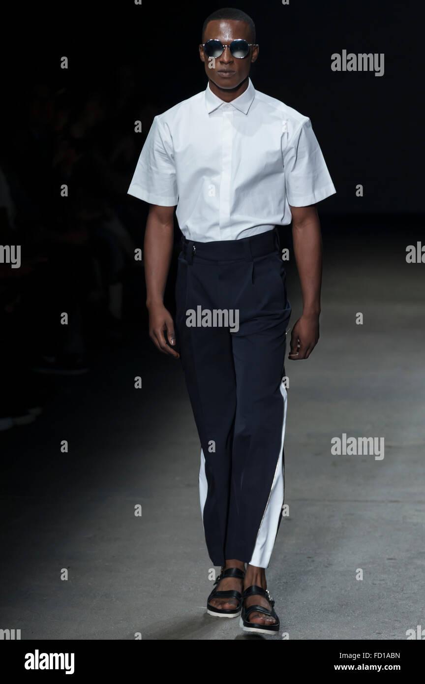 Nueva York, NY, 14 de julio de 2015: Torey Mcdonald camina la pista durante el concepto Corea muestran en NYFW hombres Imagen De Stock
