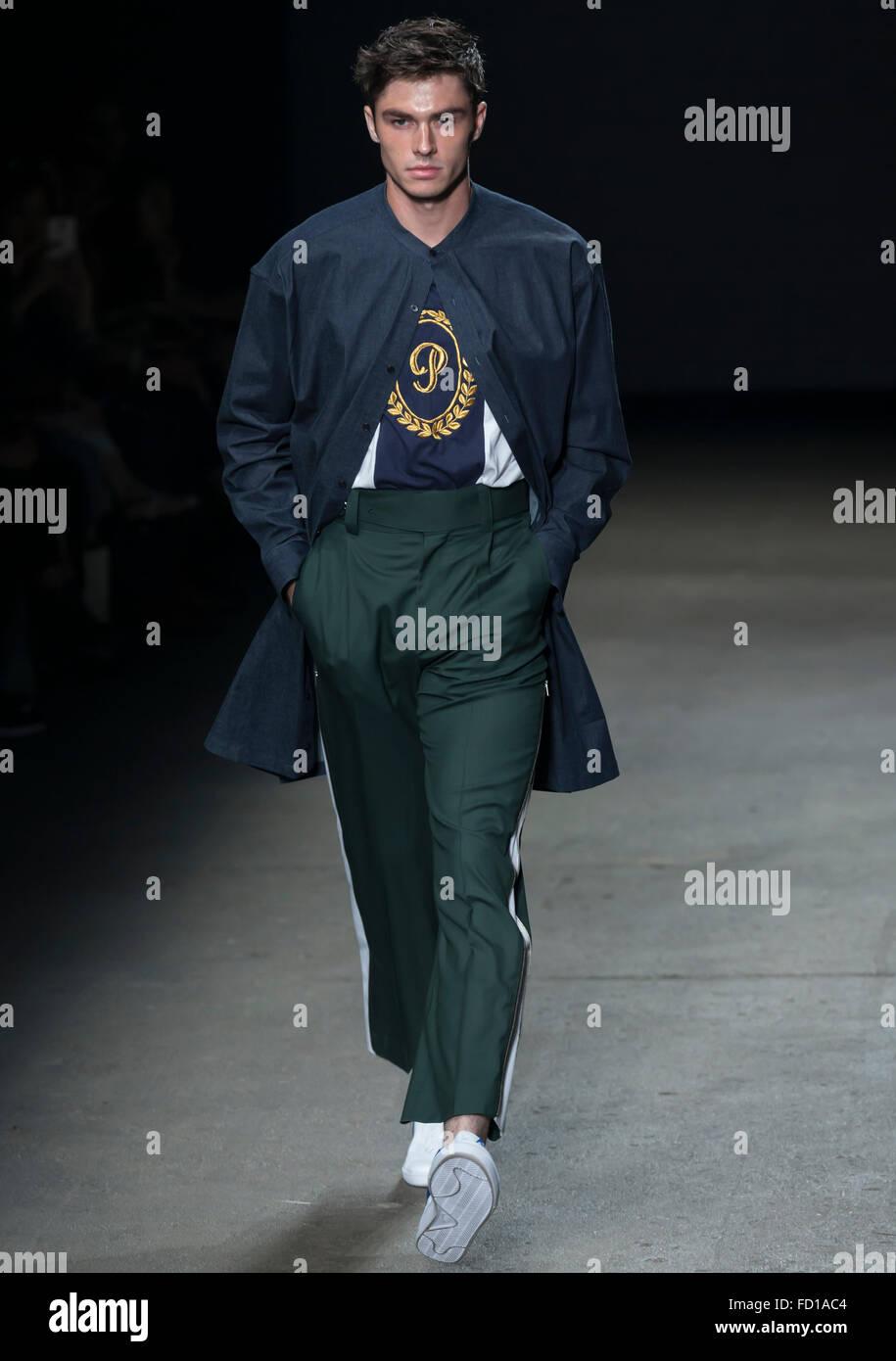 Nueva York, NY, 14 de julio de 2015: Tyler Recher camina la pista durante el concepto Corea muestran en NYFW hombres Imagen De Stock