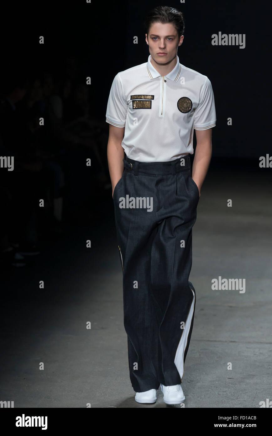 Nueva York, NY, 14 de julio de 2015: Brodie Scott camina la pista durante el concepto Corea muestran en NYFW hombres Imagen De Stock