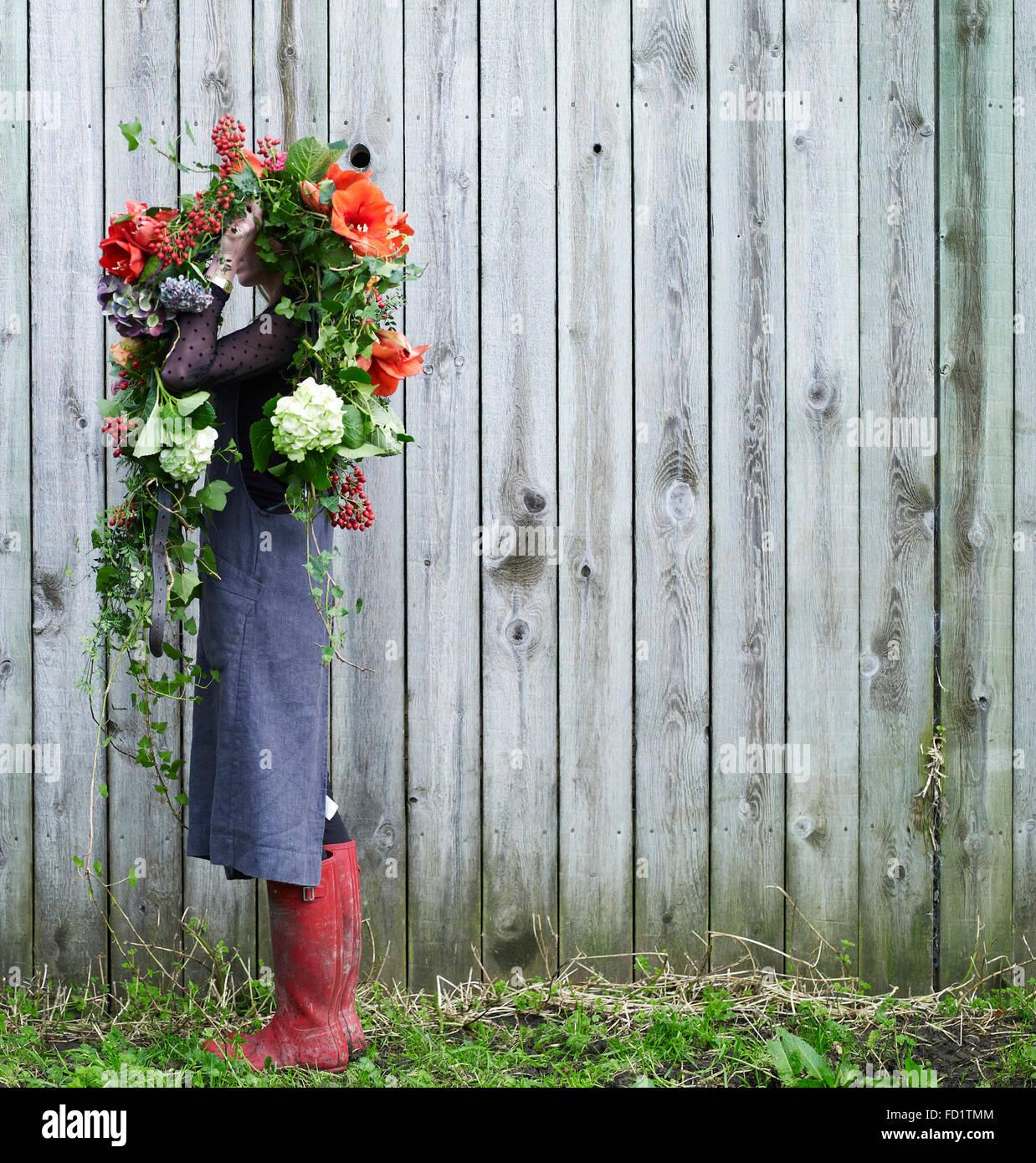 Chica con flores rojas y verdes Imagen De Stock