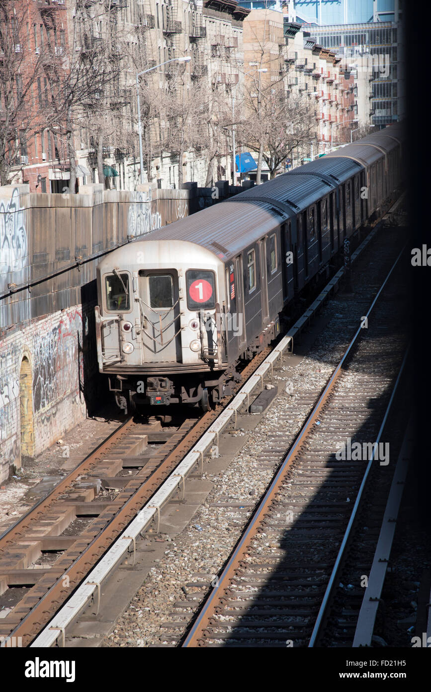 Servicio de tren número 1 dejando 125th Street parar en Manhattan, Nueva York, EE.UU. Imagen De Stock