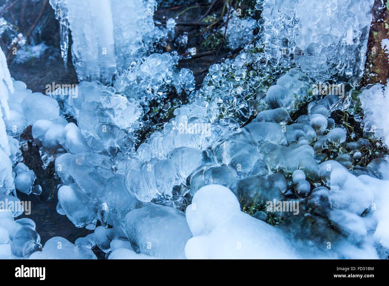 Arroyo congelado, el agua congelada, gotas de hielo en una secuencia, invierno, área Sauerland, Alemania Foto de stock