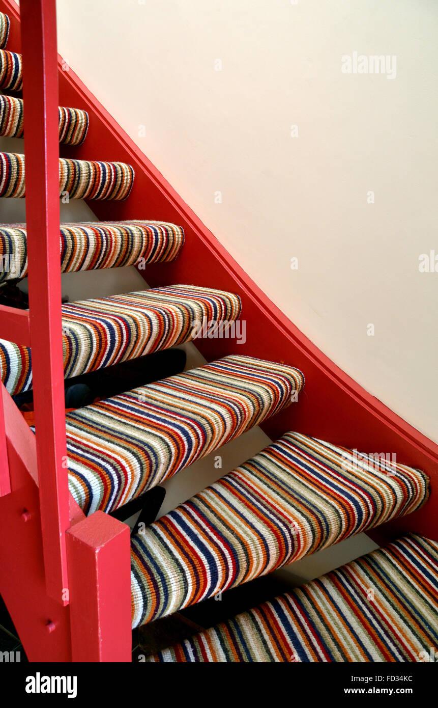 Una sección de la moqueta stripey escalera simple. Imagen De Stock