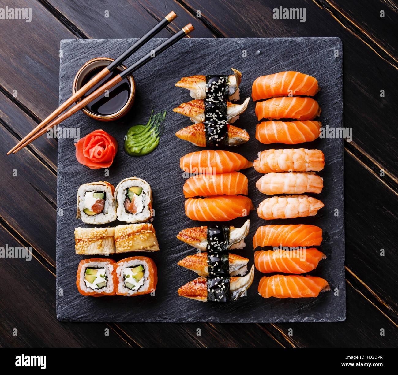 Sushi Conjunto sobre fondo de pizarra de piedra negra Foto de stock