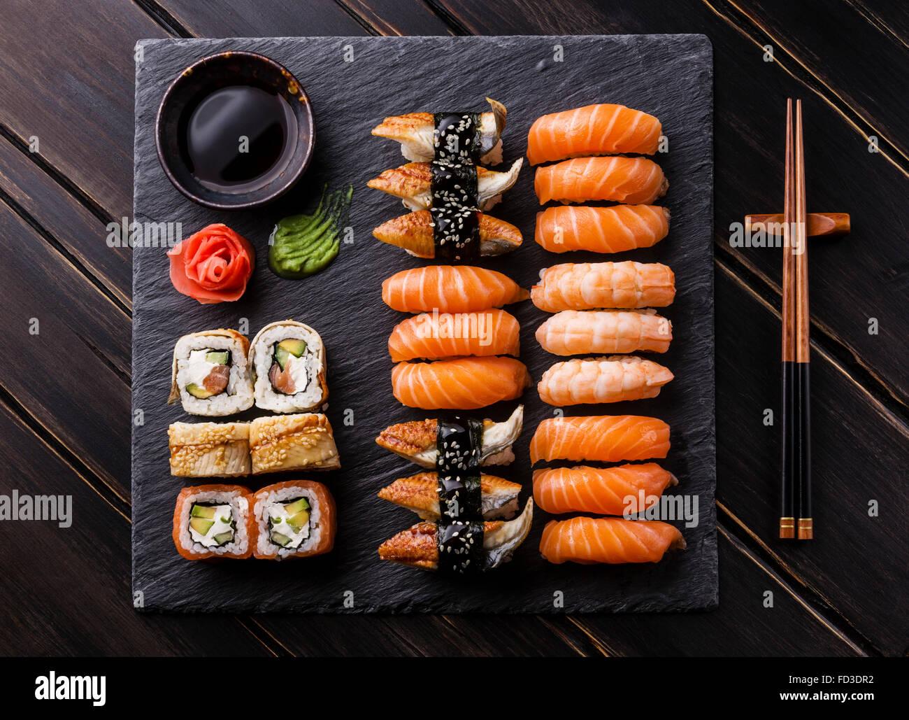 Set de sushi y sashimi sushi en piedra pizarra negra Foto de stock
