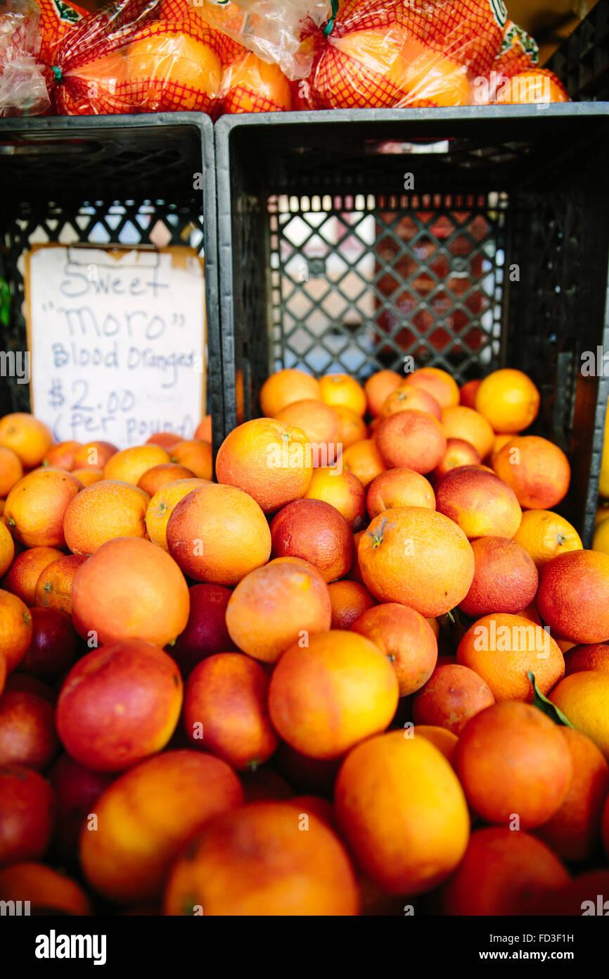 Naranjas brillantes se muestran en un stand en el mercado de granjeros de Santa Mónica, California. Imagen De Stock