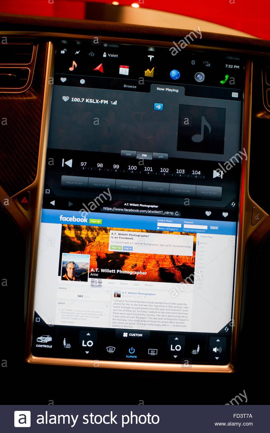 Heads Up Display que muestra una página de Facebook en el navegador Web en un coche eléctrico Tesla Motors Imagen De Stock