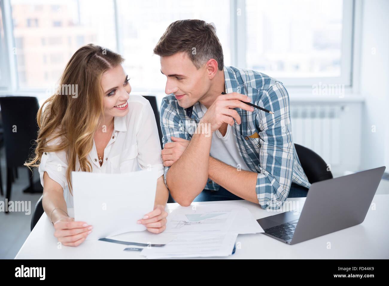 Alegre hombre y mujer trabajando y el coqueteo en reunión de negocios Imagen De Stock