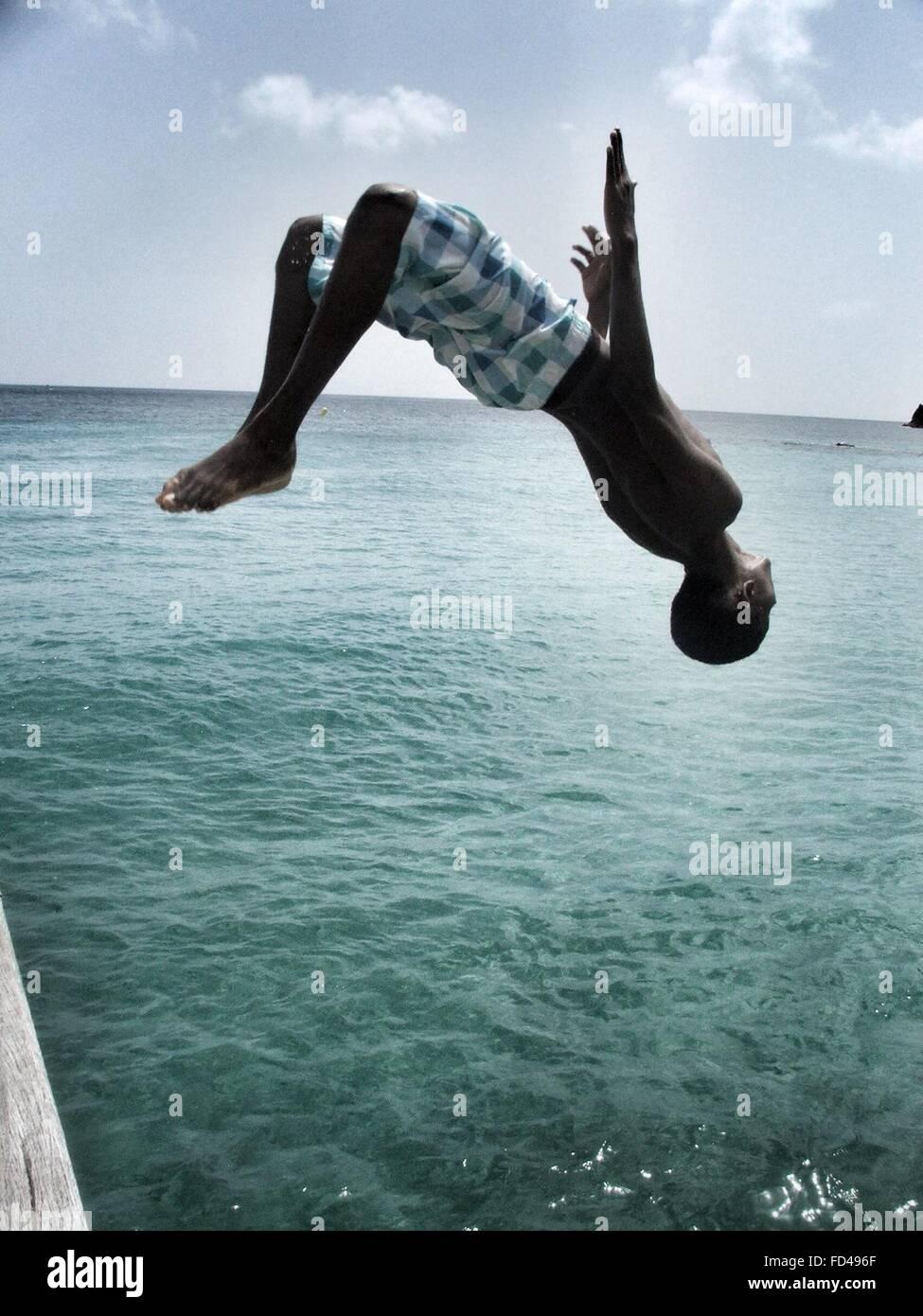Hombre de buceo en el mar Imagen De Stock