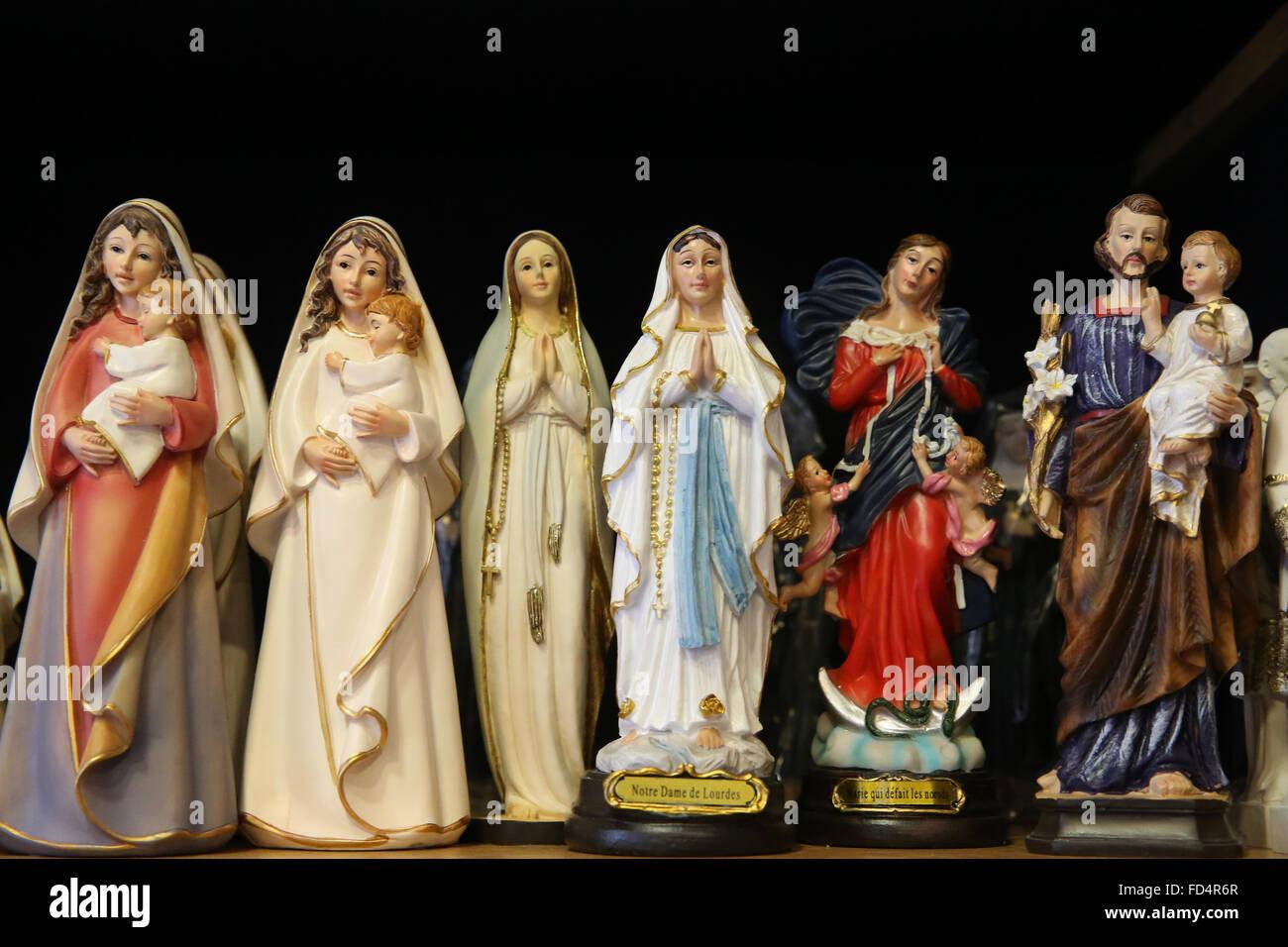 0c376fe63bd Tienda de la fe católica. Los artículos religiosos. Virgen María. Imagen De  Stock