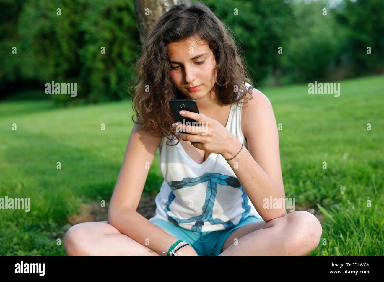 Adolescente usando un teléfono celular. Imagen De Stock