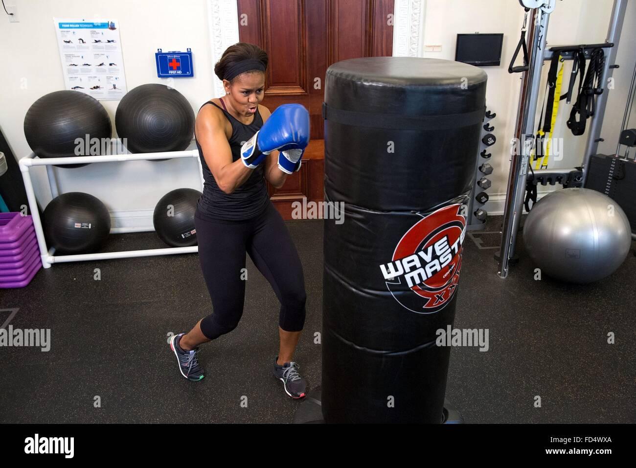 La Primera Dama Michelle Obama demuestra sus habilidades de boxeo durante un vídeo GimmeFive taping en la Casa Imagen De Stock