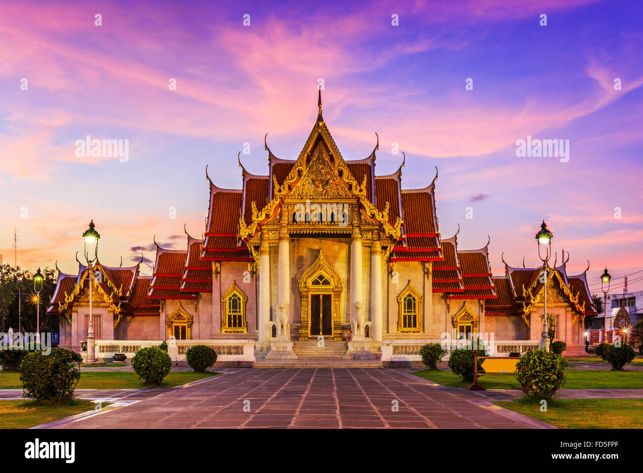 Bangkok, Tailandia. El Templo de mármol, Wat Benchamabopit Dusitvanaram al atardecer. Imagen De Stock