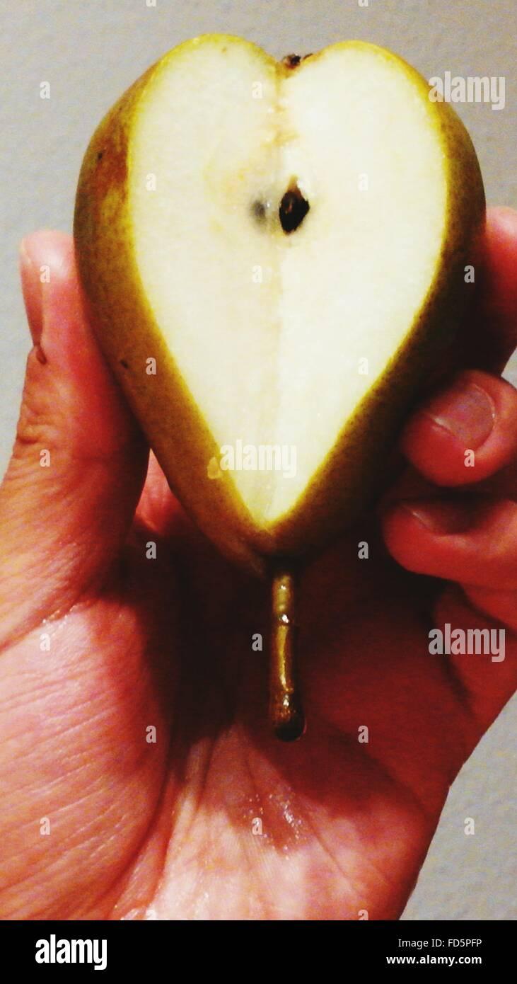 Pera cortada en forma de corazón Imagen De Stock
