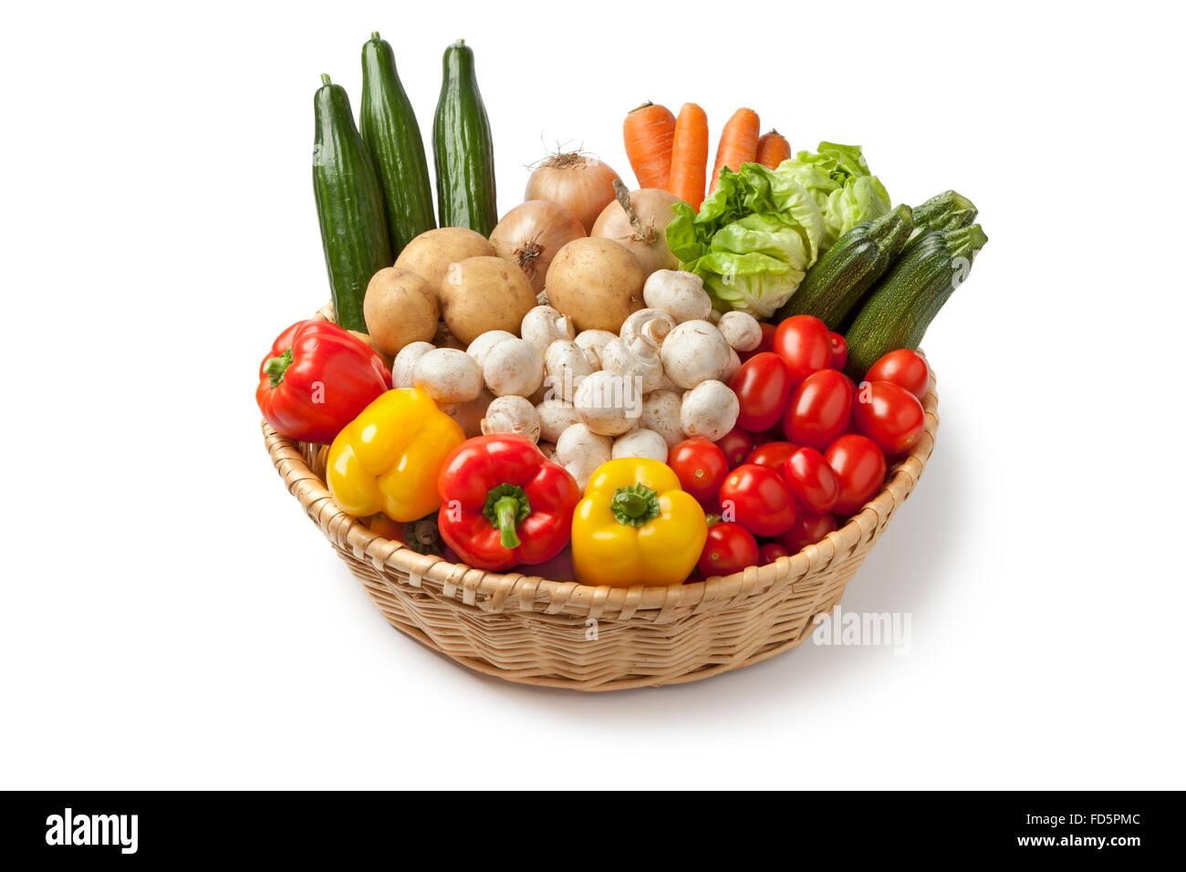 Cesta con verduras frescas sobre fondo blanco. Imagen De Stock