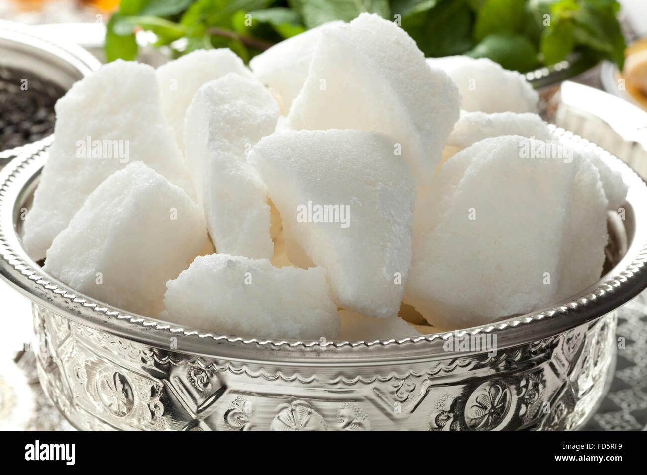 Recipiente tradicional marroquí con trozos de azúcar Foto de stock