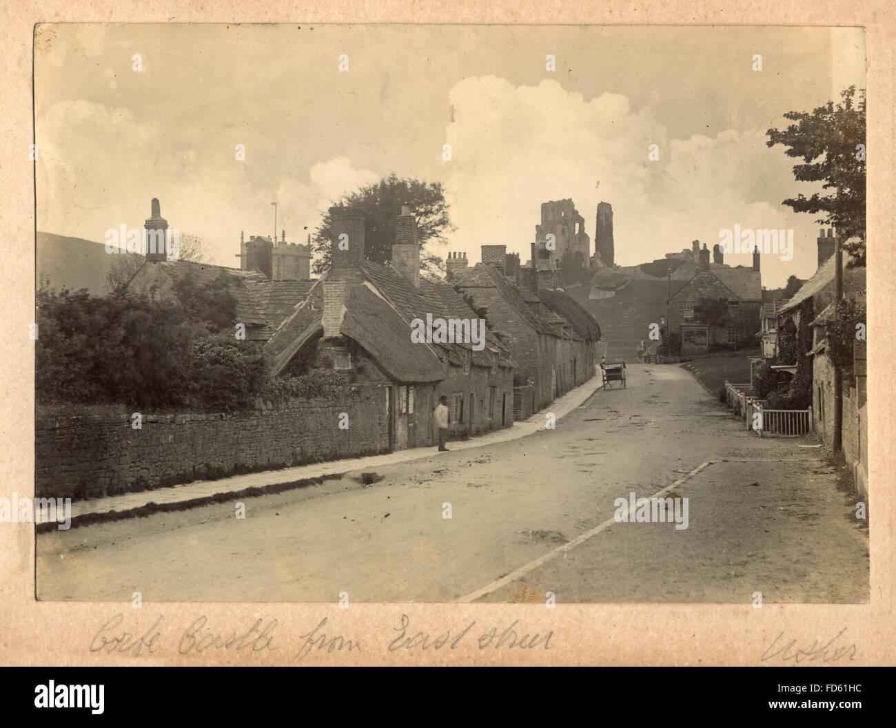 Fotografía de victoriano castillo Corfe desde East Street. c 1900. El castillo Corfe es una fortificación estando por encima de la aldea del mismo nombre, en la Isla de Purbeck en el condado inglés de Dorset. Foto de stock
