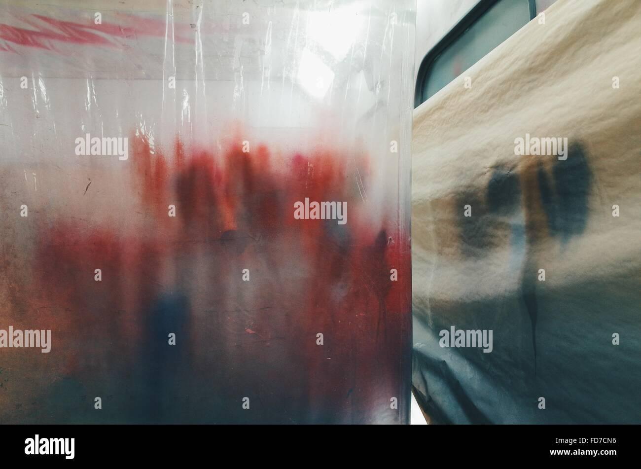 La cortina de plástico colgando en el taller Imagen De Stock
