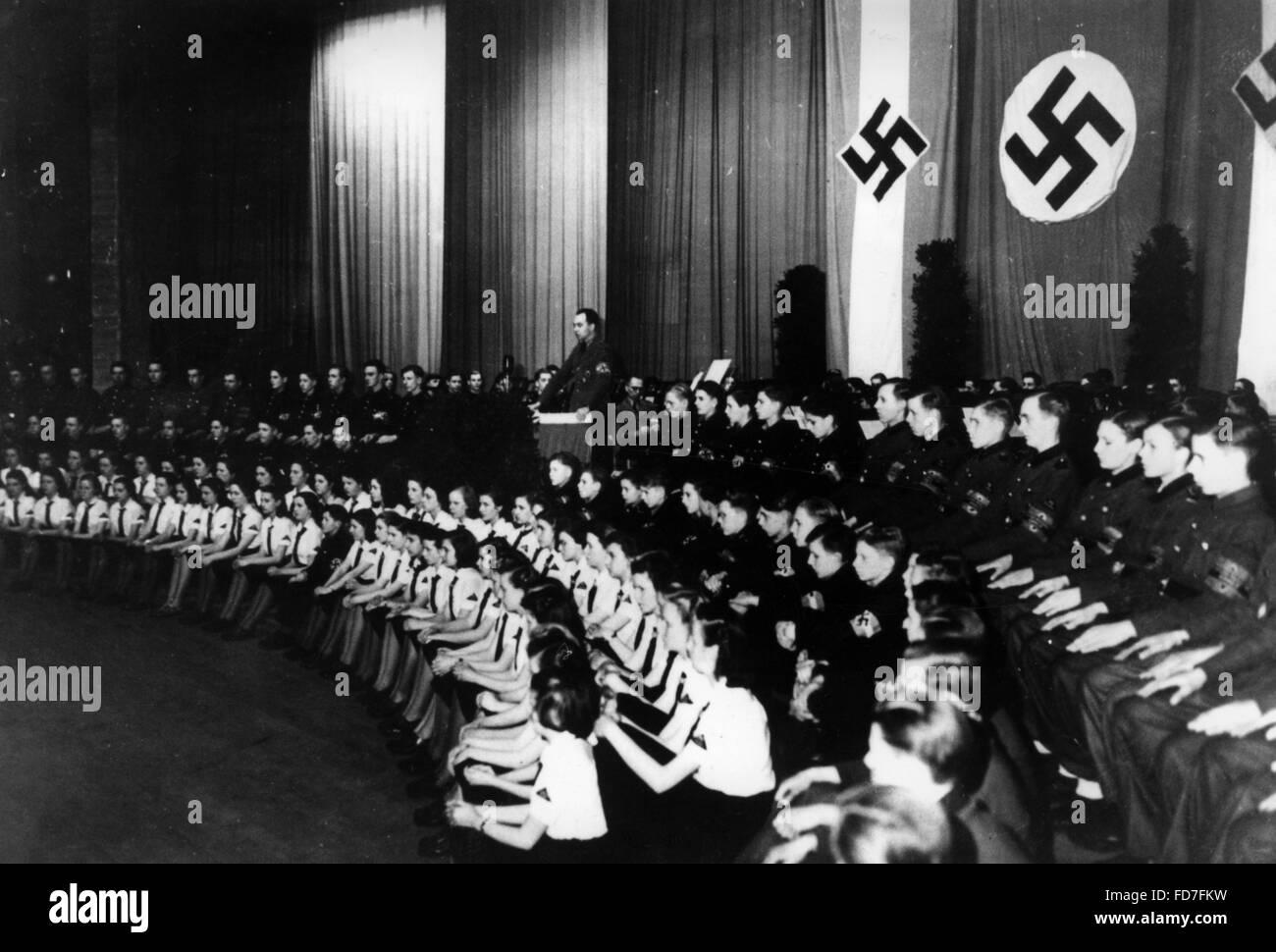 Los festejos de la entrada a las Juventudes Hitlerianas, Berlín 1945 Foto de stock