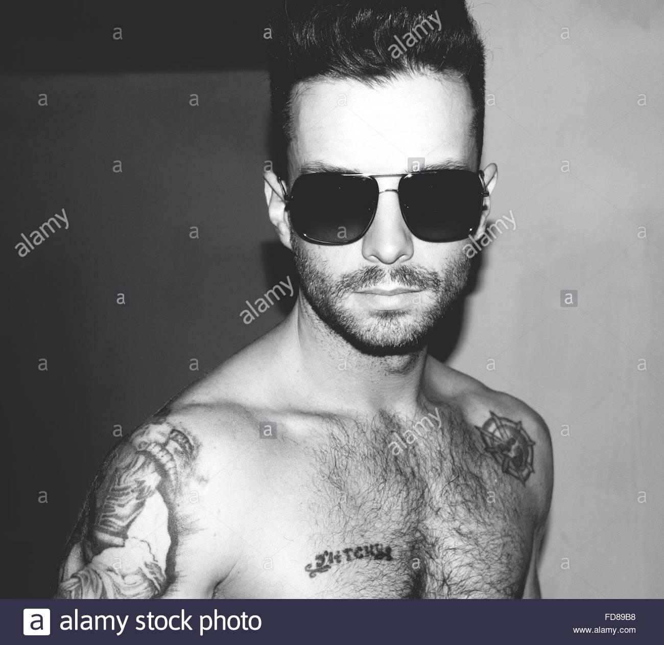 Retrato de descamisados Hombre con gafas de sol en Casa Imagen De Stock