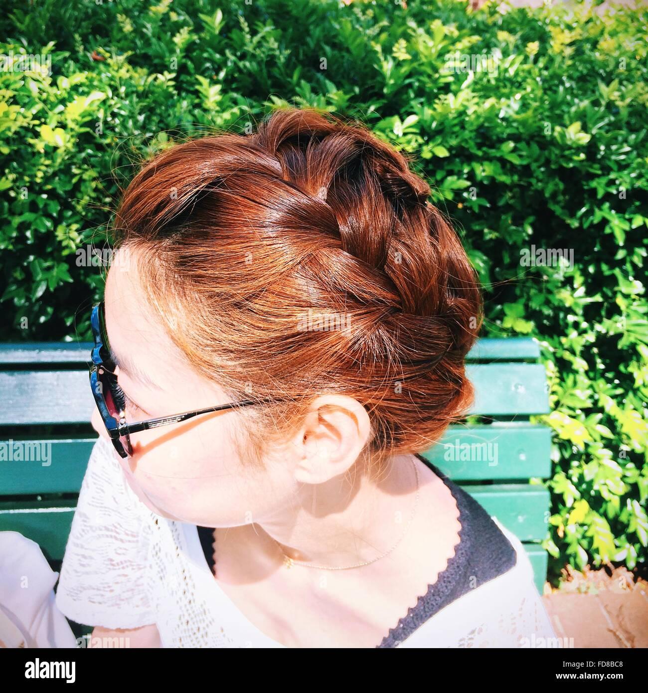 Vista lateral de la Mujer con el cabello trenzado, con Gafas de sol Imagen De Stock