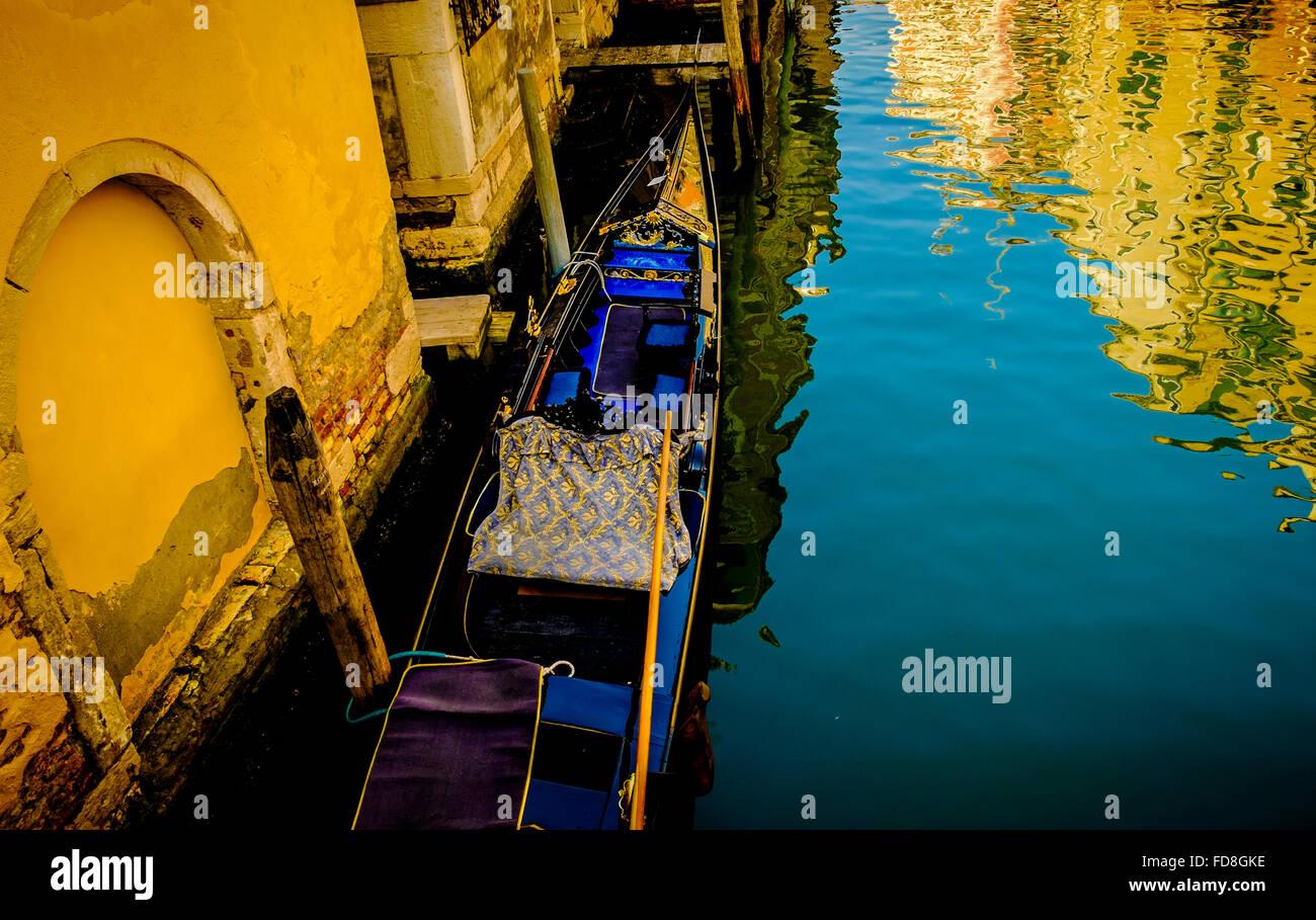 Góndolas amarradas en un canal veneciano. Imagen De Stock