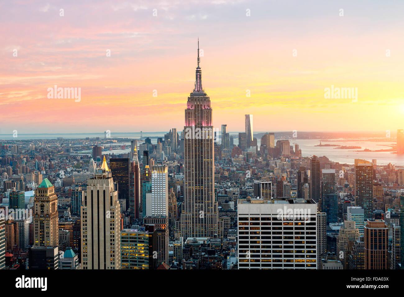 El horizonte de la ciudad de Nueva York con el Empire State Building. Imagen De Stock