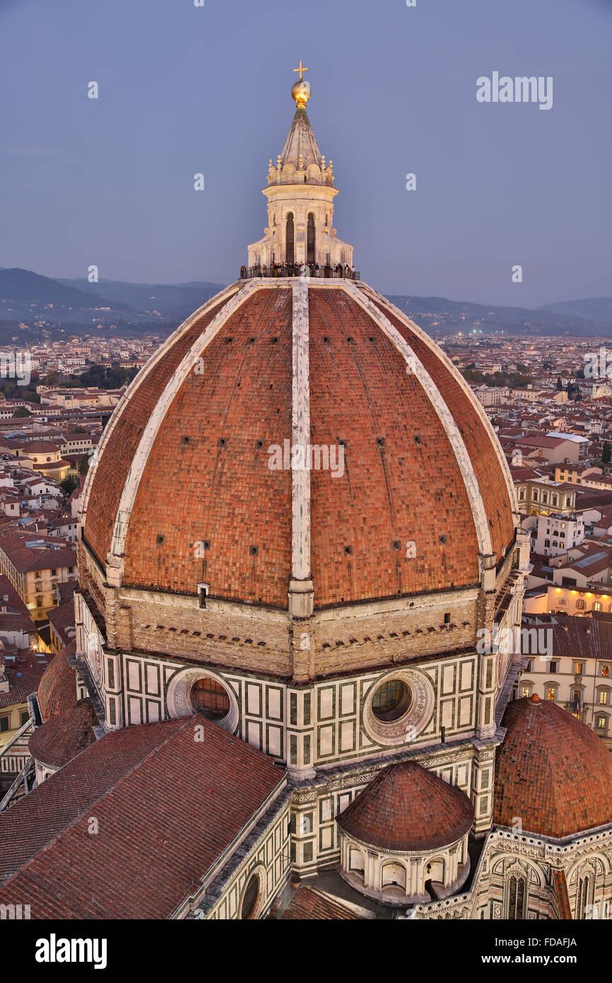 La Catedral de Florencia, la cúpula con el centro histórico en la luz de la tarde, Florencia, Toscana, Imagen De Stock