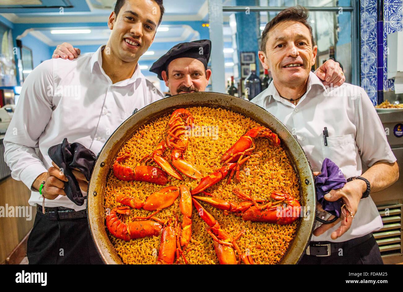 Los camareros muestran una paella. En el Restaurante La Pepica,6 ...