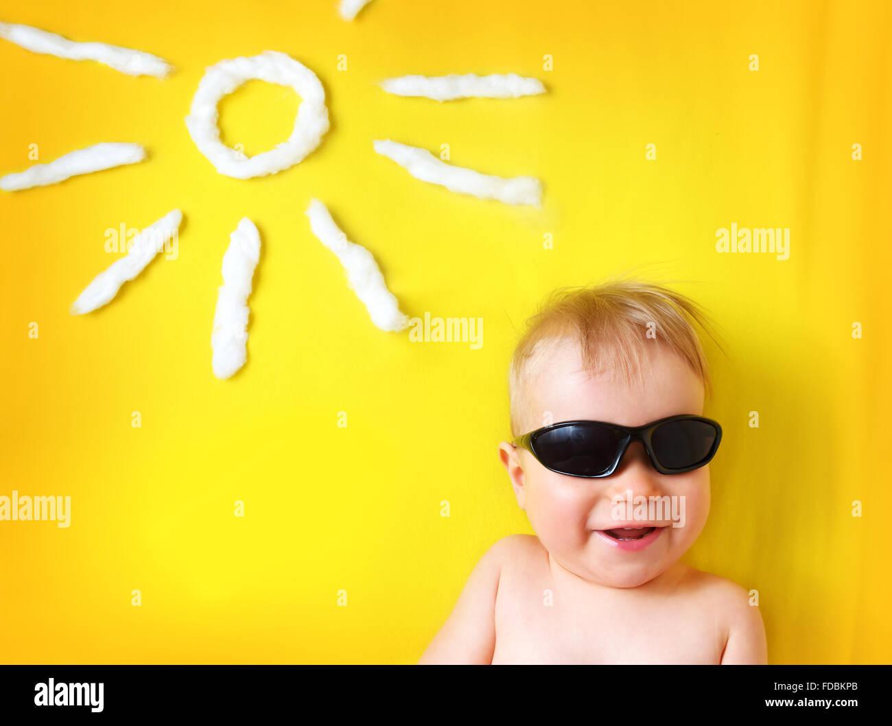 Chico con gafas de sol y forma sol Imagen De Stock