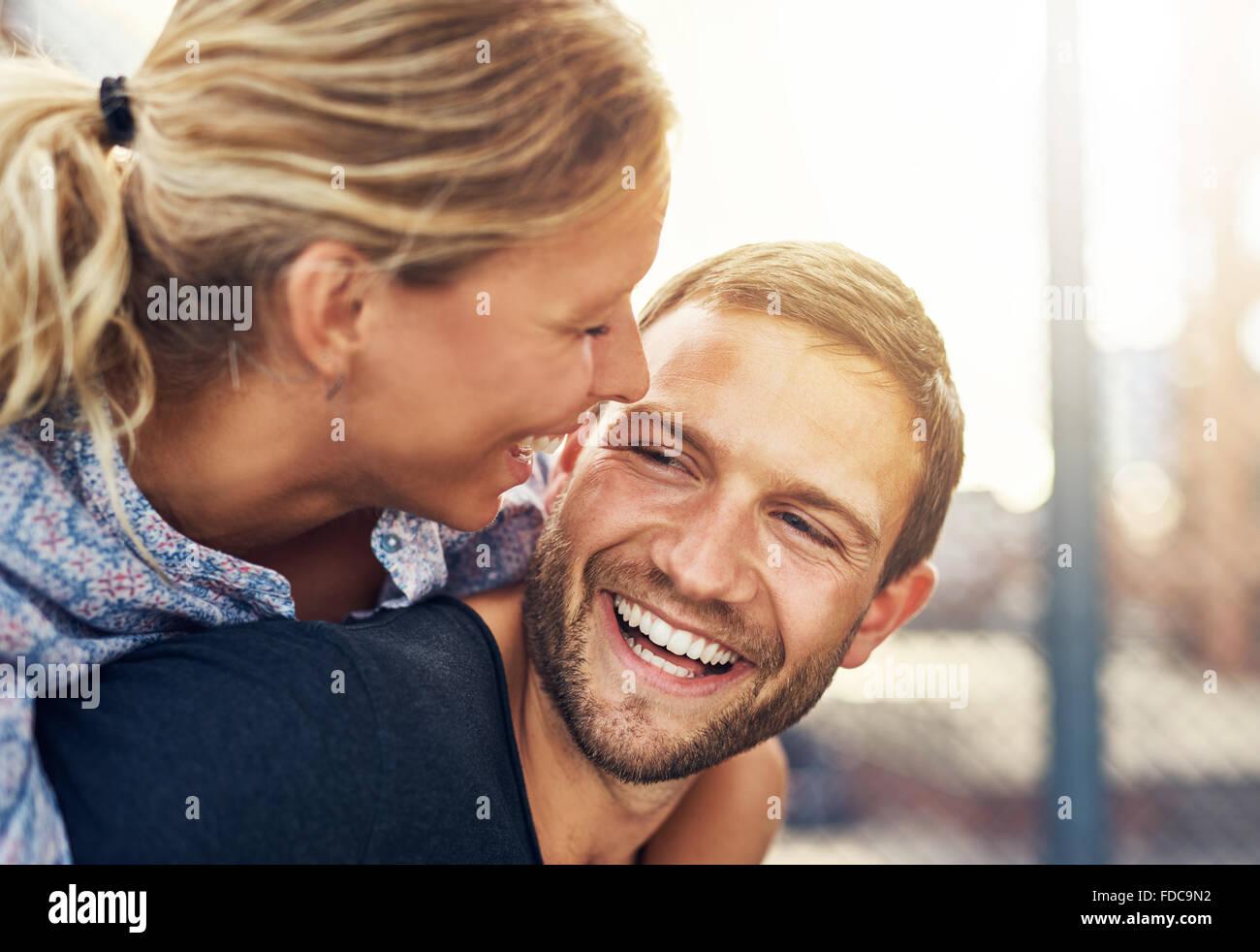 Closeup, amorosa pareja, hombre y mujer rubia hermosa Imagen De Stock