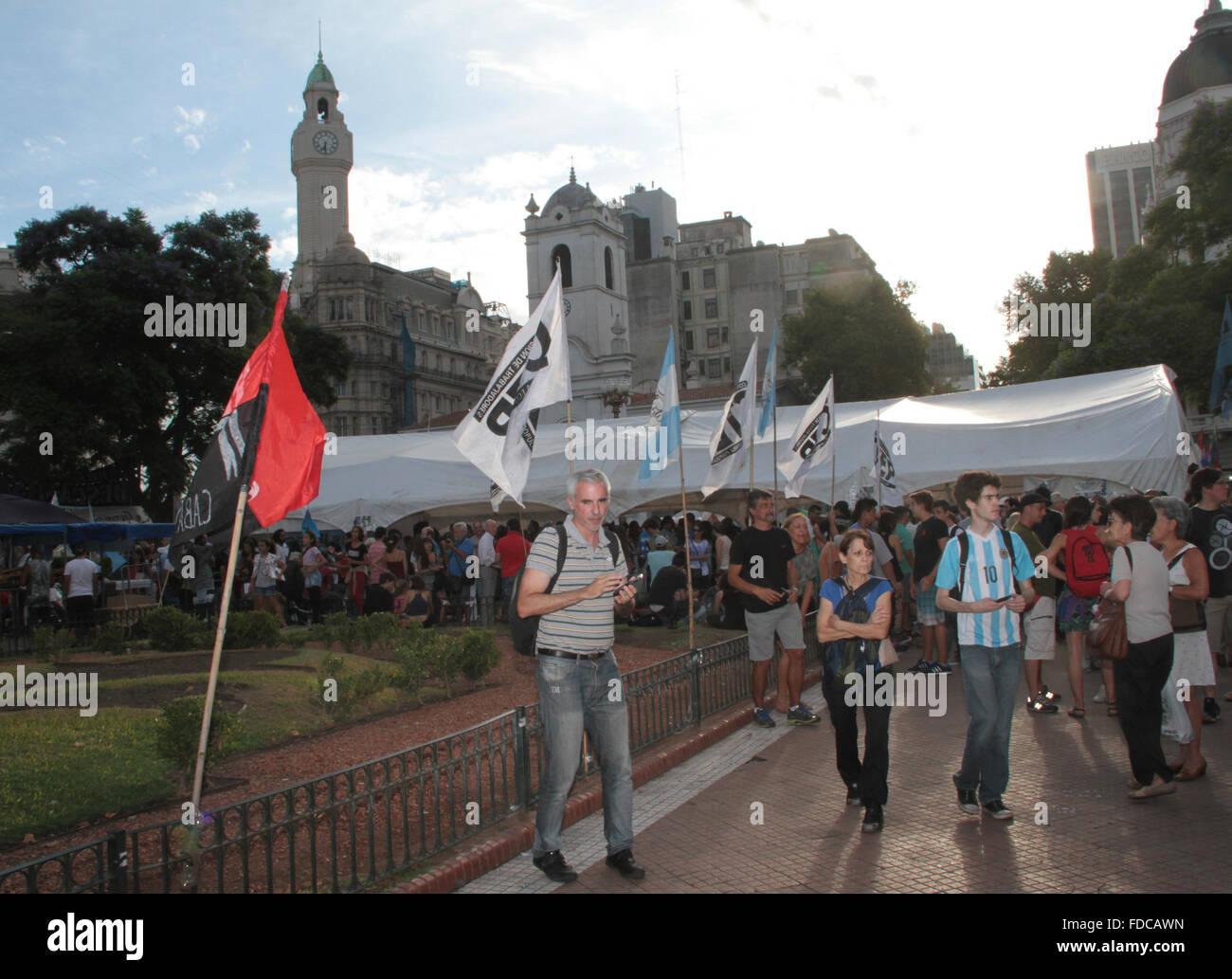 Buenos Aires, Argentina. 29 ene, 2016. Gente acampando en Plaza de Mayo en frente de la Casa Rosada reclamando libre de activista social Milagro Sala detenido en Jujuy. Crédito: Néstor J. Beremblum/Alamy Live News Foto de stock