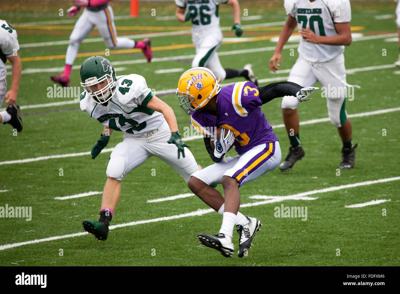 Cretin-Derham Hall High School Football player corriendo con el balón jugando Mounds View, Jr Varsity juego. St Paul MN Minnesota EE.UU. Foto de stock