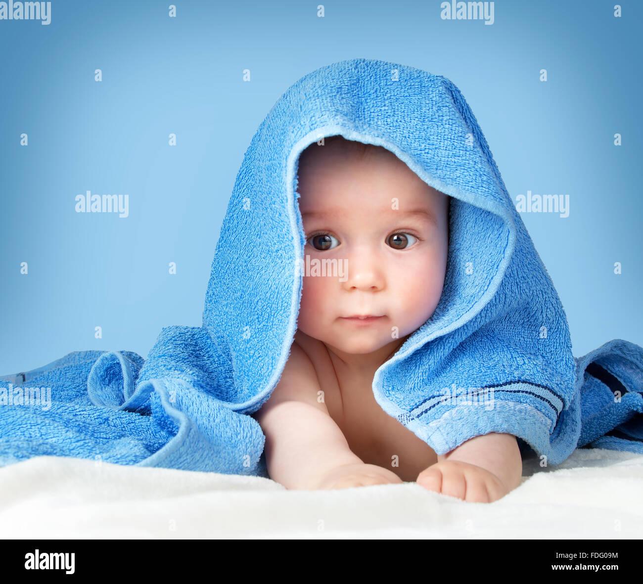Lindo bebé en una toalla Foto de stock
