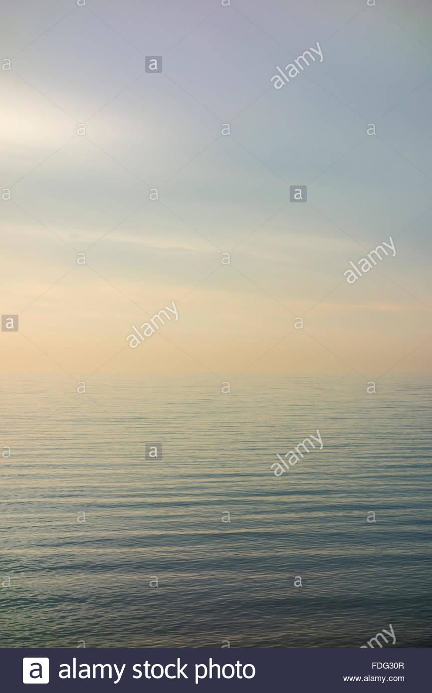Eterno, interminable, infinita infinitas aguas del Lago Ontario, uno de los Grandes Lagos a principios de invierno en Toronto, Ontario, Canadá Foto de stock