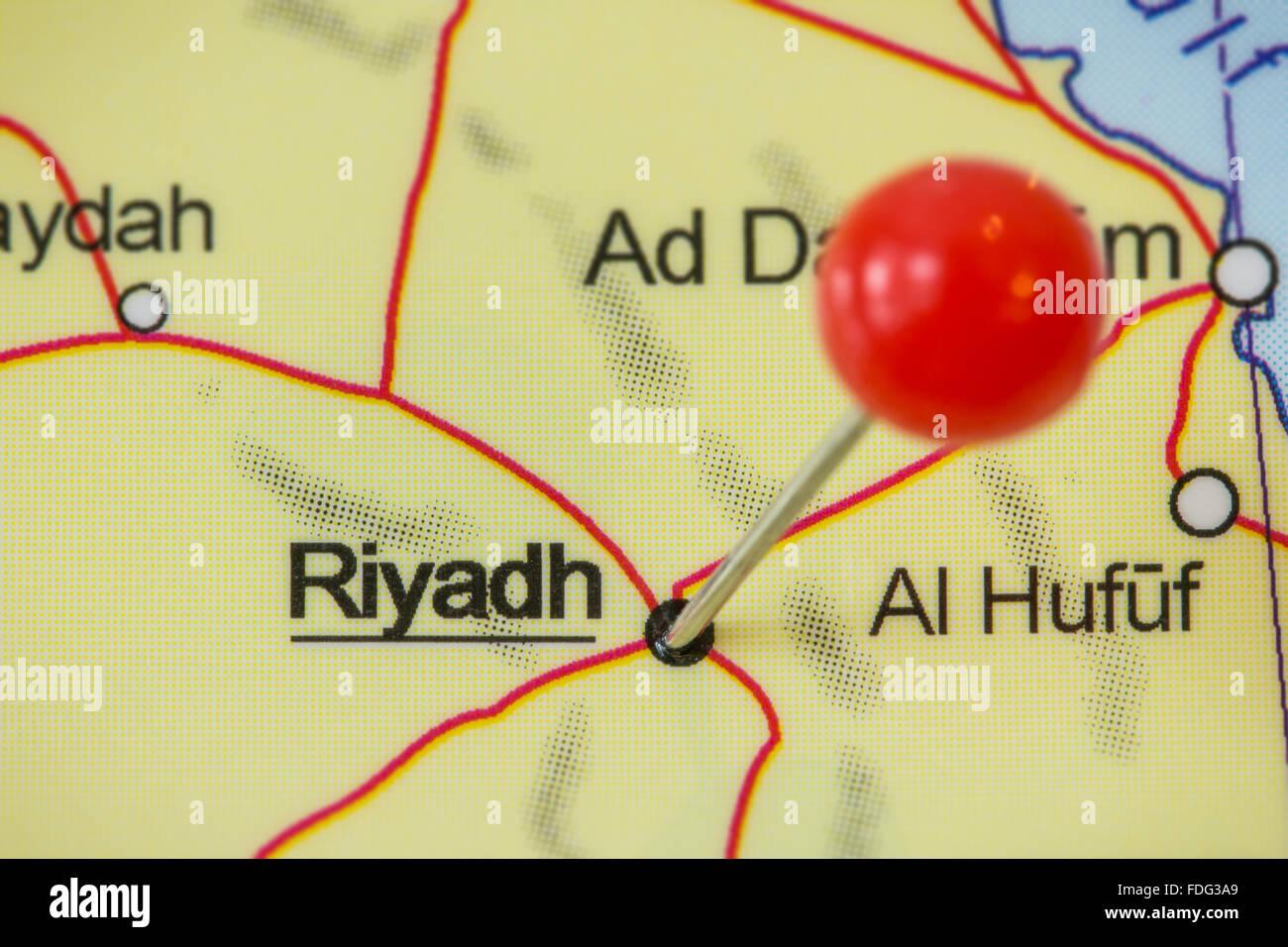 Close-up de una chincheta roja en un mapa de Riad, Arabia Saudita. Imagen De Stock