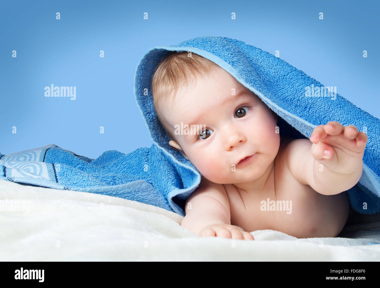 Lindo bebé en una toalla Imagen De Stock