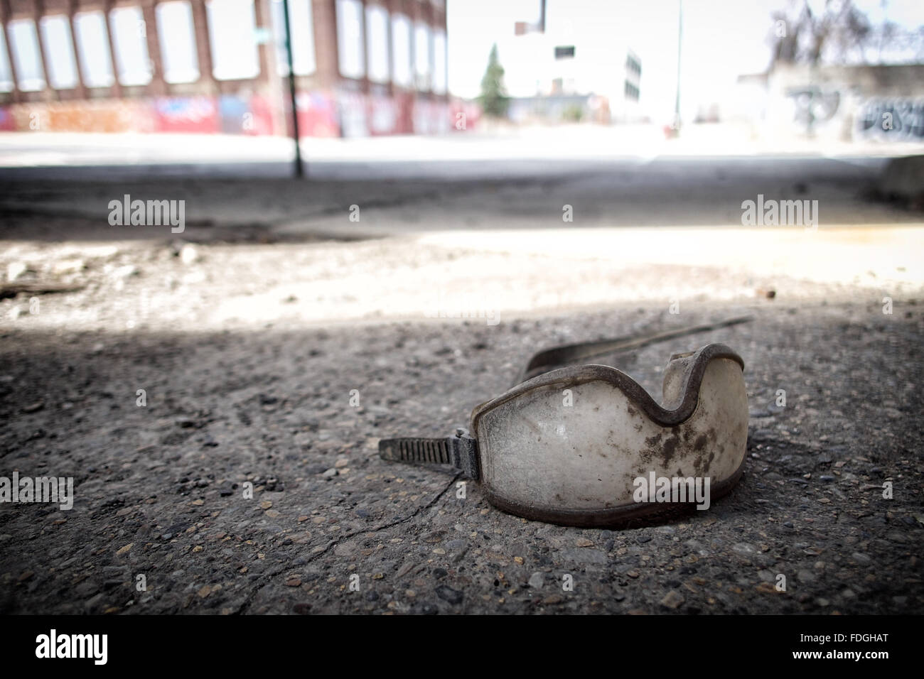 Gafas de seguridad descarta en una calle urbana, en una zona industrial Foto de stock