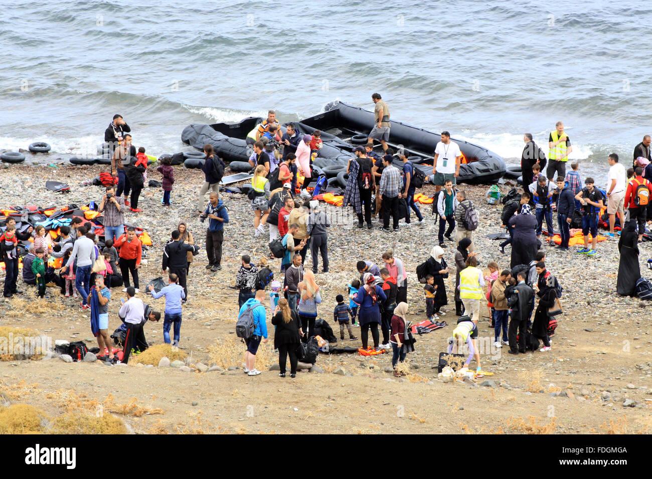 Las familias de refugiados que llegan a Molyvos en la isla griega de Lesbos, Grecia después de hacer el viaje en Foto de stock