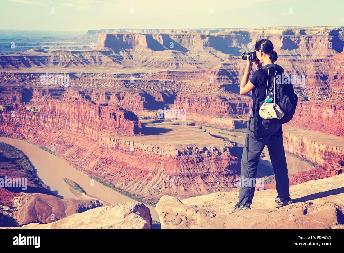Tonos Vintage mujer toma fotografías de un paisaje del cañón, EE.UU.. Foto de stock