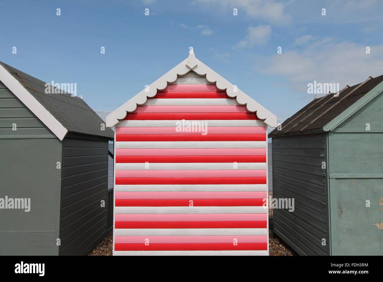 Stripey cabaña en la playa roja, Tankerton, Kent Imagen De Stock