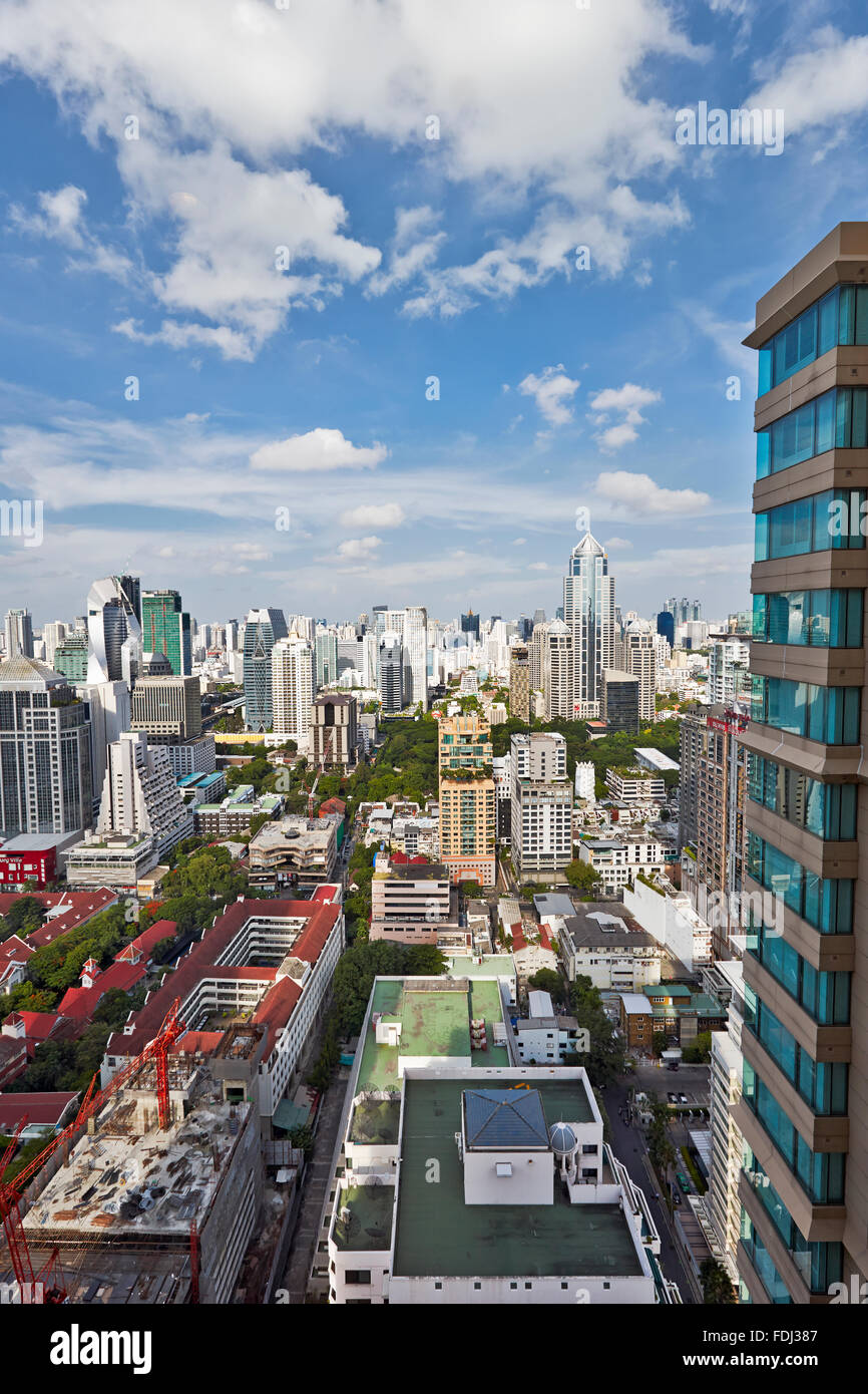 Vista elevada de altos edificios en el distrito de Pathum Wan. Bangkok, Tailandia. Imagen De Stock