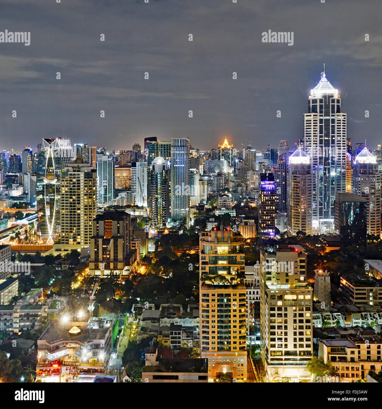 Elevada con vistas a la ciudad por la noche. Bangkok, Tailandia. Imagen De Stock